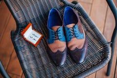 Zapatos y anillos de bodas Foto de archivo