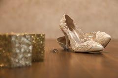 Zapatos y anillos nupciales Fotos de archivo