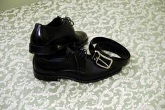 Zapatos y banda masculinos negros del weist Imagen de archivo libre de regalías