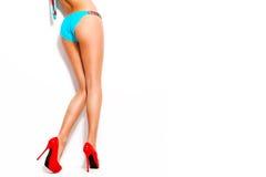 Zapatos y bikini del tacón alto imagenes de archivo