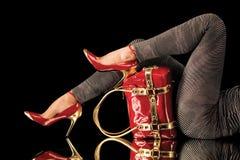 Zapatos y bolso rojos que corresponden con foto de archivo