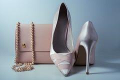 Zapatos y bolso rosados del encanto en fondo gris Imágenes de archivo libres de regalías