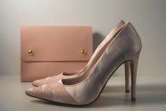 Zapatos y bolso rosados del encanto en fondo gris Imagenes de archivo