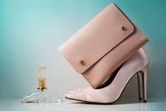 Zapatos y bolso rosados del encanto en fondo gris Imagen de archivo libre de regalías