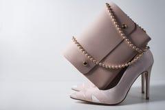 Zapatos y bolso rosados del encanto en fondo gris Imagen de archivo