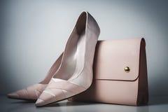 Zapatos y bolso rosados del encanto en fondo gris Fotos de archivo