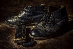Zapatos y botas viejos Imágenes de archivo libres de regalías