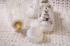 Zapatos y botella de bebé Fotografía de archivo