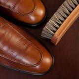 Zapatos y cepillo marrones claros Imágenes de archivo libres de regalías