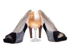Zapatos y champán aislados imagenes de archivo