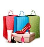 Zapatos y cosméticos rojos con los panieres coloridos Concepto de Fotos de archivo libres de regalías