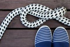 Zapatos y cuerda del estilo del marinero Foto de archivo libre de regalías