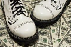 Zapatos y dólar blancos con Imágenes de archivo libres de regalías