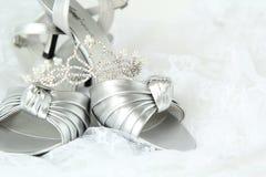 Zapatos y diadema nupciales de la boda Imagenes de archivo