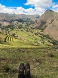 Zapatos y el paisaje de Pisaq, en el valle sagrado de los incas Fotos de archivo libres de regalías