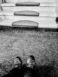 Zapatos y escaleras en blanco y negro Fotografía de archivo libre de regalías