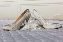 Zapatos y liga de la novia de las mujeres imágenes de archivo libres de regalías