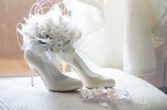 Zapatos y liga para la novia fotografía de archivo