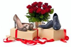 Zapatos y manojo femeninos y masculinos de rosas Imagen de archivo