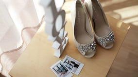 Zapatos y muestra nupciales del amor almacen de metraje de vídeo