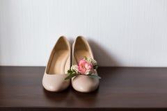 Zapatos y ojal beige Imagenes de archivo