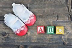 Zapatos y palabra ABC del niño Imagenes de archivo