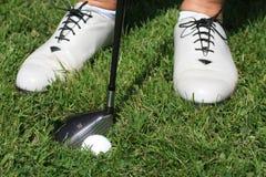 Zapatos y pelota de golf del golf de las mujeres Imagenes de archivo