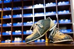 Zapatos y pernos de bolos Foto de archivo libre de regalías