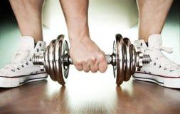 Zapatos y pesa de gimnasia del deporte, Foto de archivo