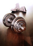Zapatos y pesa de gimnasia del deporte Foto de archivo libre de regalías