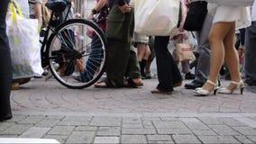 Zapatos y piernas de la muchedumbre de gente en el dori de Takeshita, una calle ocupada de las compras en el distrito de Harajuku metrajes