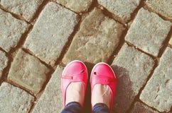 Zapatos y piernas rosados de los vaqueros Imágenes de archivo libres de regalías