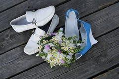Zapatos y ramo de la boda fotos de archivo libres de regalías