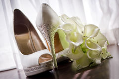 Zapatos y ramo nupciales Imagen de archivo