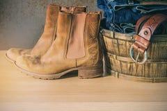 Zapatos y ropa en el de madera Imagen de archivo libre de regalías