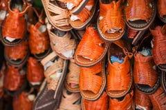 Zapatos y sandalias de cuero hechos a mano de los niños Imágenes de archivo libres de regalías