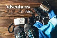 Zapatos y utensilios para caminar en las monta?as imagen de archivo