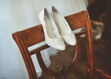 Zapatos y vestido de la boda de la novia Foto de archivo libre de regalías