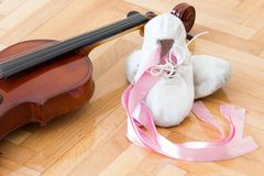 Zapatos y violín de la bailarina foto de archivo
