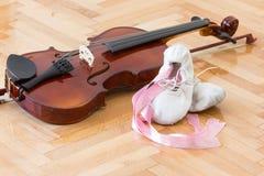 Zapatos y violín de la bailarina imagenes de archivo