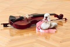Zapatos y violín de la bailarina imágenes de archivo libres de regalías