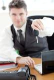 zapewnionego biznesmena samochodowa mienia klucza s jaźń Zdjęcia Stock