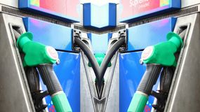 Zapfpistole an der Benzinstationsszene Lizenzfreie Stockfotografie