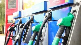 Zapfpistole an der Benzinstationsszene Lizenzfreie Stockfotos