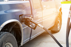 Zapfpistole fügen Brennstoffauto an der Tankstelle hinzu Stockbild