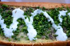Zapiekanka, alimenti industriali polacchi panino del aperto fronte fatto della metà delle baguette, completato con i funghi sautà Immagini Stock