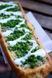 Zapiekanka, polnische ungesunde Fertigkost Offengesichtssandwich gemacht von der Hälfte eines Stangenbrots, überstiegen mit sautà Stockbild