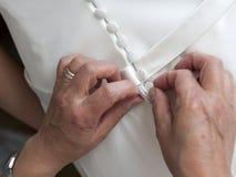Zapinać elegancką ślubną suknię Zdjęcia Royalty Free