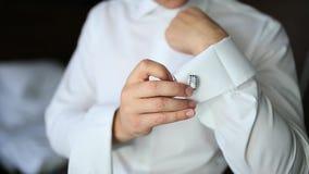 Zapinać mankieciki Fornal jest ubranym cufflinks Biznesmen wszywki zbiory wideo