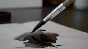 Zaplamia od atramentu opuszczać muśnięciem na białym papierze zbiory